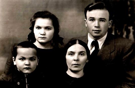 Бабуля Магира, Саяра, Риф и Ахсан Сахапов 27.03.1949