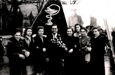 Демонстрация весенняя (сзади портрет Сталина)
