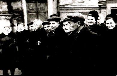 Демонстрация осенняя В первом ряду будущий проф. Красноперов и доцент Канцеров, во втором ряду мама с Ритой Ковтун