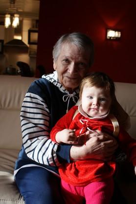 Саяра Абдрахмановна с правнучкой Лейлочкой в день ее рождения 3 ноября 2011 года