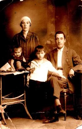 Семья в 1934 году: Абдрахман (дед), Магира (бабуля) Марьям (тетя) и годовалая Саяра (мама)