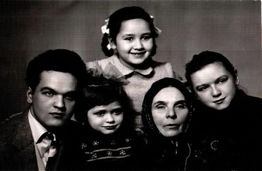 В центре - бабуля Магира, вокруг ее внучки - Лена, Лиля, Ляля и сын - Риф весна 1961 года