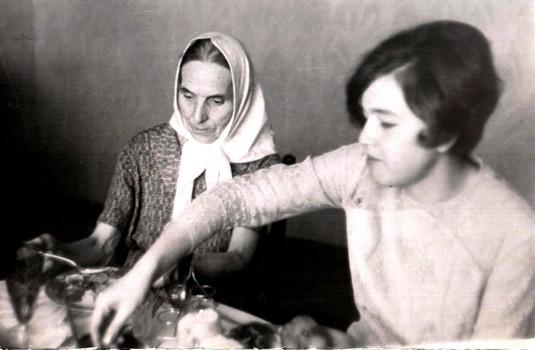 Бабуля Магира и Леночка: подготовка ко дню рождения